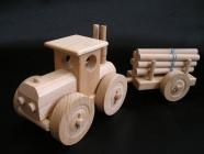 Drewniany ciągnik w lesie, zabawka