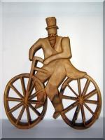 Rowerzysta drewniana statuetka - rzeźba 35 cm