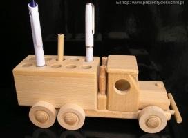 Samochod z drevnia - pojemnik na długopisy