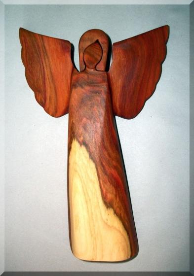 Anioły z drewna rzeźby z śliwky