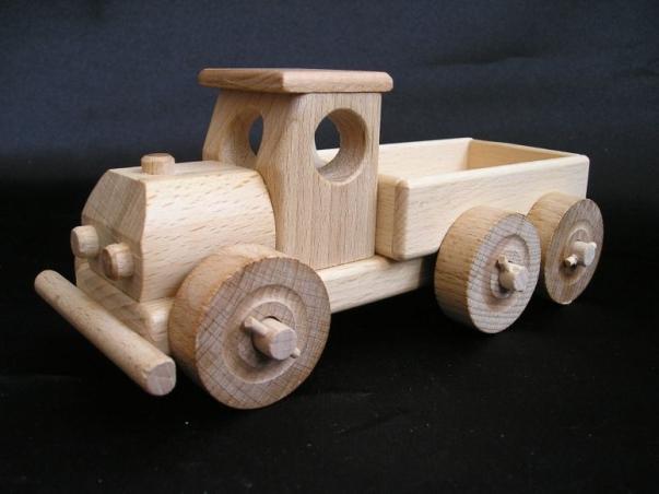 Mała ciężarówka z wywrotka. Drewniana zabawka