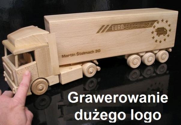 Grawerowanie dużego logo na ciężarówce