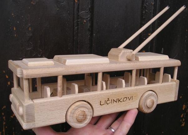 Trolejbus. Zabawki dla dzieci pod choinkę.