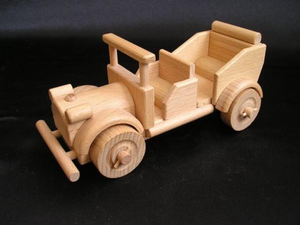 Drewniany weteran samochod dla dzeci.