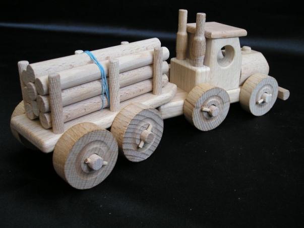 Tir zabawka z przyczepą pełną drzewa