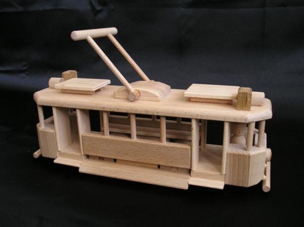 Tramwaj zabawka z drewnia