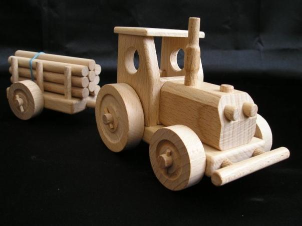 Drewniany traktor z przyczepą, zabawka