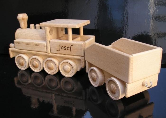 Parowóz zabawka z drewnia