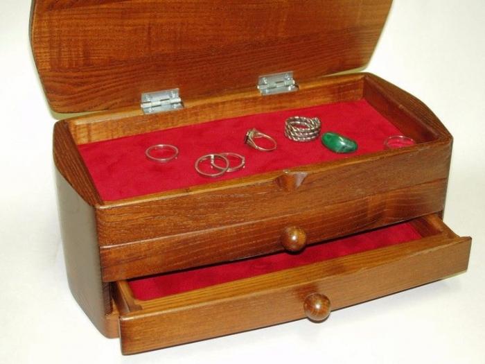 Drewniane pudełka z biżuterią z szufladami