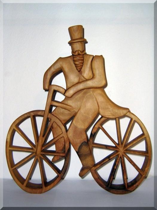 Rowerzysta drewniana statuetka