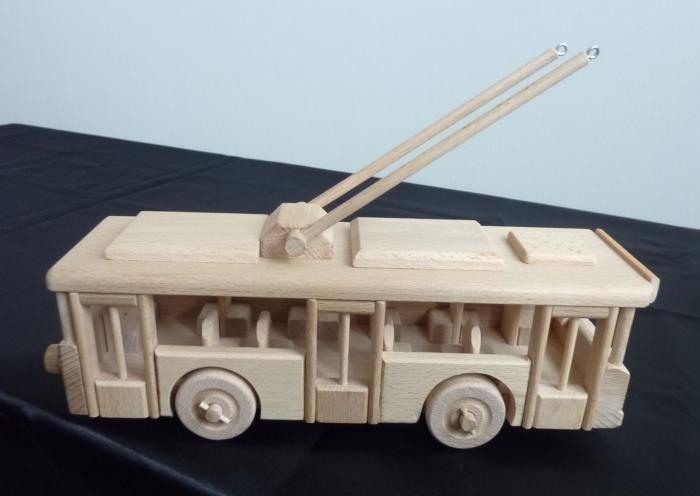drewniany-model-trolleybusu