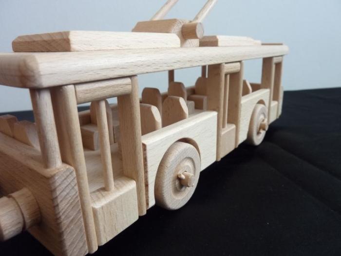 drewniany-trolleybus-dla-dzieci