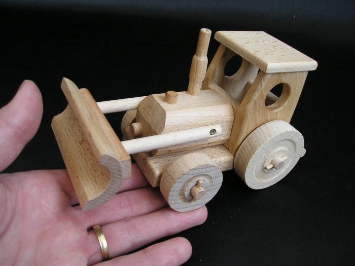 drewniany-traktor-zabawka-dla-dzieci-pod-choinke