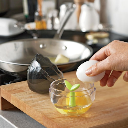 Okraj šejkru umožní dobře rozbít vejce a vnitřní trn zajistí dokonalé rozmíchání.