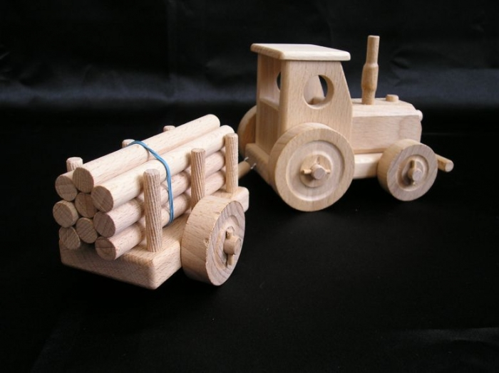 drewniany-traktor-do-zabawy-z-przyczepa