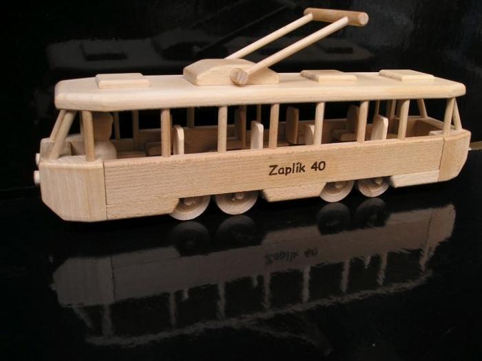 Tramwaje prezenty dla kiwrowcov z drewnia