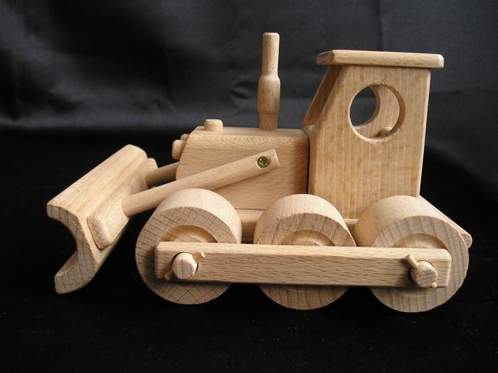 Bulldozer-zabawka-z-drewna