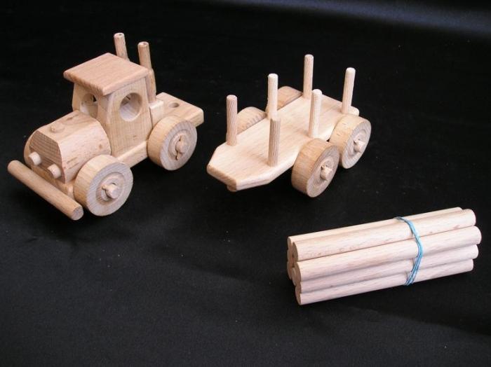Autko i tir ciężarówka z drewna