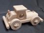 Mały drewniany samochodzik
