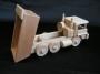 Spycharek i ciężarówka z drewna