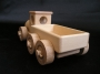Ciężarówka i samochód z drewna
